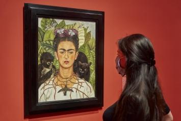 Frida Kahlo, Selbstbildnis mit Dornenhalsband, 1940, Öl auf Leinwand© ProLitteris. Foto: Miguletz/Schirn Kunsthalle Frankfurt