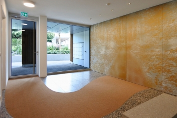 Andreas Schneider,GANG (Wald),2020,Eloxiertes Aluminium sublimiert, Kokosbelag, Kunststein, Beton,508 x 390 cm / h 260 cm