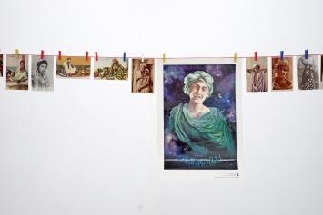 Sebastian Utzni,Jeunes Arabes, 2019,Postkarten, Plakate, Klammern, Seil, Baumwollsäcke mit Sand,Masse variabel, hier Länge: 10 Meter.Foto: Lullin + Ferrari, Zürich