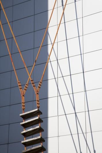 Quido Sen, Luftleiter, 1992,Installation, Fichtenholz und Stahlseile lackiert, 13x3,8 m, Gubelstrasse 11, Eigentum Konsortium Hodel / Weber