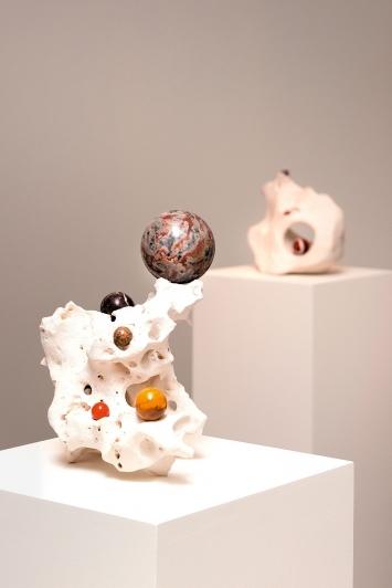 Nested, 2017, Kalkstein, Mineralien, Marmorkugeln, Courtesy Mudam Luxembourg, Art Front Gallery, Tokyo.Foto: Rémi Villaggi