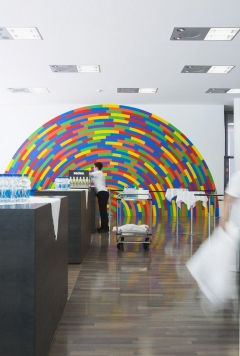 Sol LeWitt, Wall Drawing # 1174, 2005, An Arc with broken bands of color, Acryl auf Wand, 390 x 813 cm, ausgeführt von: Nicolai Angelov, Andrey Gradetchliev, Stanimir Stoilov, Yohan Yotov, Raiffeisenbank, Empfangshalle, Raiffeisenplatz 4, St.Gallen. Foto: Susanne Stauss