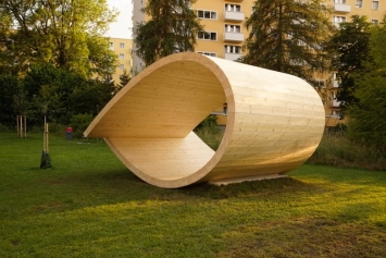 Veronika Spierenburg, Der Loop,Holzskulptur ca. 350 × 540 × 400 cm, 2018© Pierluigi Macor / Stadt Zürich KiöR («Neuer Norden Zürich»)