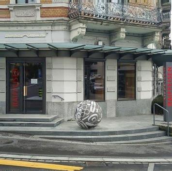 """Vreni Spieser, """"Die Kugel"""", 2007/08, vor dem Eingang der BankWollishofen, Raiffeisenbank Zürich, Foto:Vreni Spieser"""