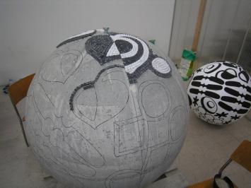 """Vreni Spieser, """"Die Kugel"""", 2007/08, Übertragung der Motive auf Betonkugel,Modell im Hintergrund,Wollishofen, Raiffeisenbank Zürich,Foto:Vreni Spieser"""