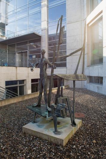 Emilio Stanzani,Mensch und Technik, 1958 / 59,Plastik, Bronze, 280x163x180 cm, Gewerblich-industrielles Bildungszentrum Zug (GIBZ), Baarerstrasse 100, Eigentum Kanton Zug