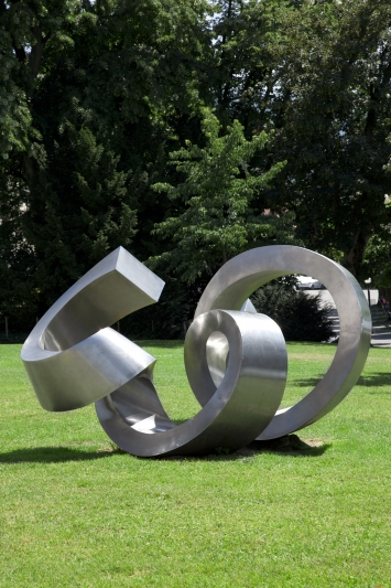 Josef Staub,Grosser Rugel, 1972,Plastik, Chromstahl, 200x400x250 cm, Rössliwiese, Vorstadt, Eigentum Stadt Zug