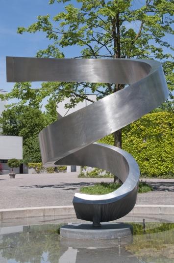 Josef Staub, Spirale V, 1985-1986,Plastik, Chromstahl, 320x270x300 cm, Hertizentrum, Eigentum Stadt Zug, Schenkung Korporation Zug (1985)
