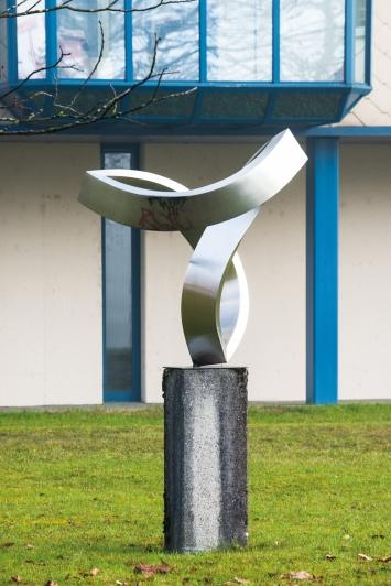Josef Staub, Zigi Zagi, 1983,Plastik, Chromstahl, 150x130x110 cm, Hertizentrum, Eigentum Stadt Zug, Schenkung AMC Rotkreuz