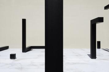 Esther Stocker, 22 elements, 2009,Installation, eloxiertes Aluminium, 11,55x13,05x8,35 m,Baarerstrasse 78 / 80, Eigentum Zapco Ltd.