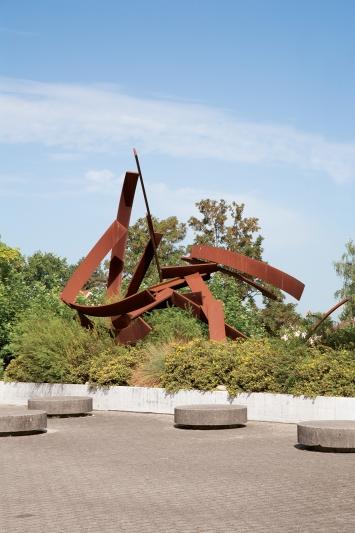 Paul Suter, Caribu, 1994,Plastik, Stahl, 950x770x570 cm, Kantonsschule Zug, Lüssiweg 24, Eigentum KantonZug