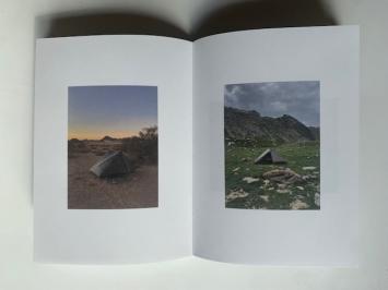 FabriceGygi, ‹Ubiquefabrica›, Genève: Macula, 2021 (Doppelseite mit Werken aus der Serie‹Bivouacs› 2020–2021, Fotografien).Foto: Katharina Holderegger