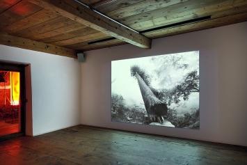 Ever Since We Crawled Out, 2018, Filmstill, Schwarz-Weiss-Video aus gefundenem Material, Stereosound, 6'47'' (Loop) ©ProLitteris, Courtesy Galerie Tschudi, Zuoz