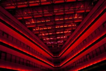 James Turrell,Light Transport, 2003, Lichtinstallation Bahnhof Zug, Alpenstrasse 20, Eigentum Schweizerische Bundesbahnen (SBB)