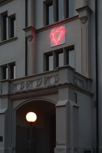 Markus Uhr,Diamantherz, 2012,Installation, Neonröhren und Plexiglas, 105x105 cm, Schulhaus Burgbach, St.-Oswalds-Gasse 3, Eigentum Stadt Zug