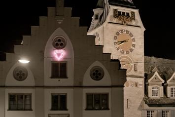 Markus Uhr,Diamantherz, 2012, Installation, Neonröhren und Plexiglas, 105x105 cm, Schulhaus Burgbach, St.-Oswalds-Gasse 3, Eigentum Stadt Zug