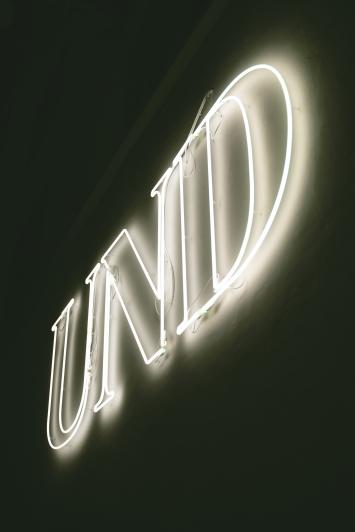 Markus Uhr, UND, 2013,Installation, Neonröhren und Plexiglas, ca. 180x380 cm, Bibliothek Zug, St.-Oswalds-Gasse 21, Eigentum Stadt Zug