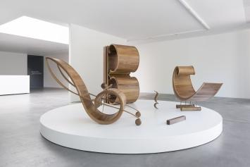 Francisco Sierra, Les Clefs (Clef de sol, clef d¹ut, clef de fa,soupir, demi-soupir et pause), dampfgebogenes Walnussholz, 4 x 4 x2m, Courtesy von Bartha
