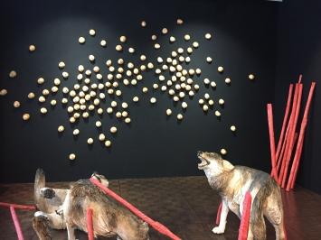 Wolf rechts Pappelholz in Farbe gefasst 85 x 75 x 100 cm 2020panini Lindenholz in Farbe gefasst 10 x 10 x 10 cm 2020 21
