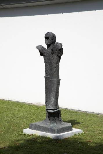 Fritz Wotruba, Grosser Stehender, 1974,Plastik, Bronze, 212x86x74 cm, Kunsthaus Zug, Dorfstrasse 27, Eigentum Kunsthaus Zug, Schenkung Foundation for the Promotion of Modern Sculpture, Vaduz