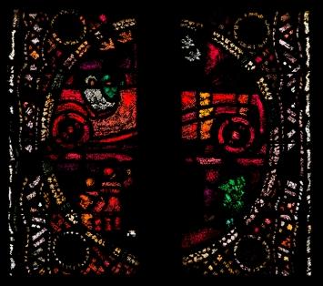 Augusto Giacometti,Detail aus dem Chorfenster: ein Ehempaar in rotem Rennwagen, Wasserkirche Zürich. Foto: Bruno Helbling.